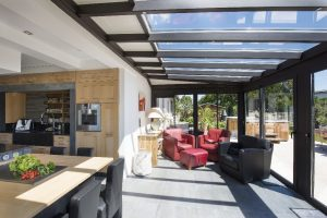 d placer sa cuisine dans la v randa une id e originale et pratique le mag de l 39 habitat. Black Bedroom Furniture Sets. Home Design Ideas